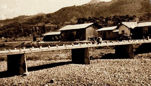 양지마쪽에서 바라본 음지마 문병태 씨네 방앗간. 가운데 보이는 건물이 방앗간이고 오른쪽이 살림집, 왼쪽에 이발관이 있었다.