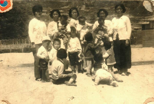 용상동 집에 같이 살던 다섯집 엄마들과 아이들